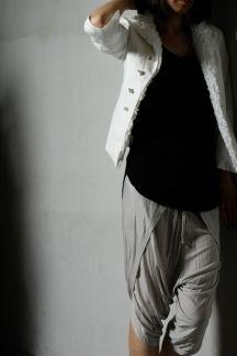 【LINEN スタンドカラー6分袖ジャケット】渋味ある光沢生地を採用したスタンドカラーで袖が6分丈のジャケット。襟から前身頃の内側に細かいフリルが付いておりbajraらしい手の込んだ一点です。