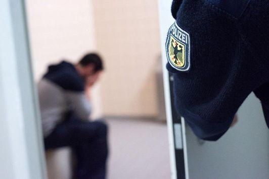 awesome BPOL NRW: Mit drei Promille unterwegs: Betrunkener durch Bundespolizei in Gewahrsam genommen