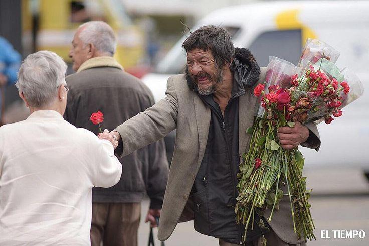 """(@eltiempo) ¡Qué bonita escena! Un habitante de calle recogió las  flores que desechan  los vendedores de la…"""""""