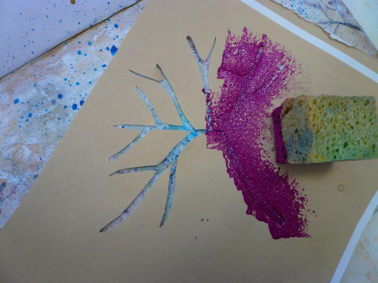 Tamponeren, verf wordt met een kwast met korte haren of een spons op de ondergrond aangebracht, meestal met behulp van een sjabloon