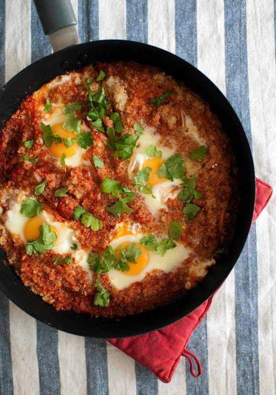 Mausteinen tomaattikastike höystää kvinoan ja hauduttaa kananmunat.