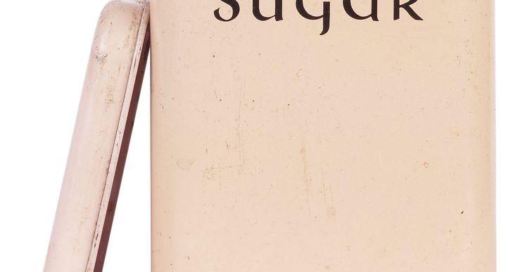 """Quais são os perigos de comer muitos doces?. Ter uma queda por doces é extremamente perigoso para sua saúde, de acordo com Nancy Appleton, autora de """"Lick the Sugar Habit"""" (ver Recursos). Um norte-americano consome 22 colheres de açúcar diariamente — que são constituídas de 335 calorias vazias e prejudiciais. Em 2009, a Associação Americana do Coração publicou novas orientações dietéticas, ..."""