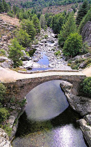 Albertacce Ponte Altu (Haute-Corse) est un pont génois sur le Golo, en aval du pont routier de la D84.