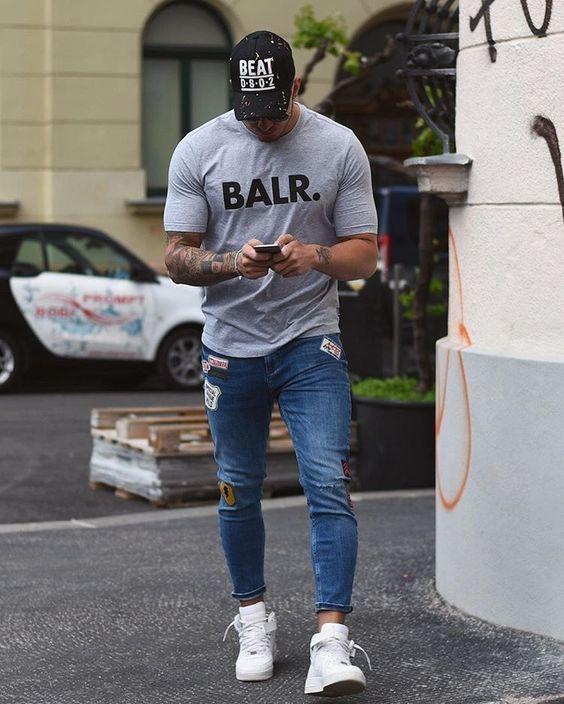 Shop the look: Kombinieren Sie ein Graues bedrucktes T-Shirt mit Rundhalsausschnitt mit Blauen Enger Jeans mit Destroyed-Effekten für ein großartiges Wochenend-Outfit. Bringen Sie die Dinge durcheinander, indem Sie Weißen Hohe Sneakers aus Leder mit diesem Outfit tragen.