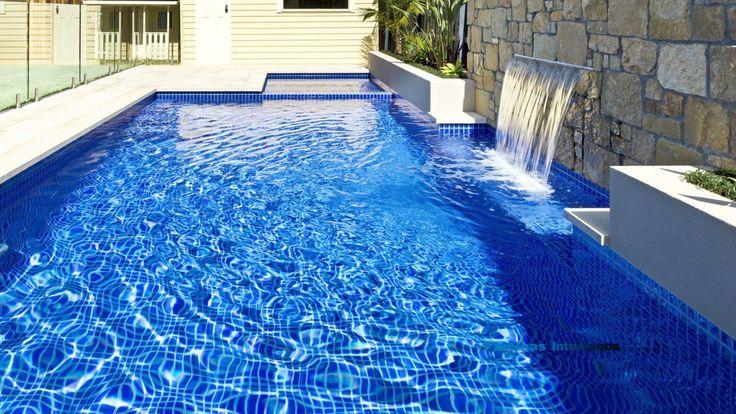 Detalle de las cascadas magicfalls en la piscina saliendo del muro de piedra piscinas - Piscinas de piedra ...