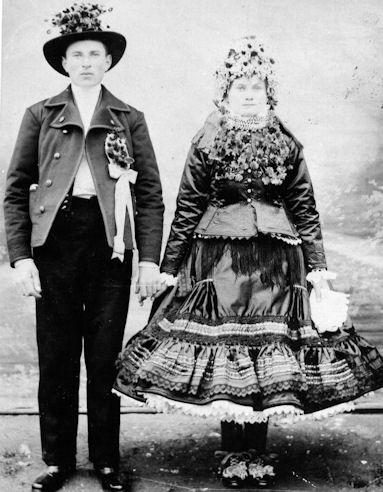 1.Mladomanželia vsvadobnom odeve. Báčsky Petrovec. Reprodukcia, 1908, Foto Múzeum Vojvodiny, Nový Sad