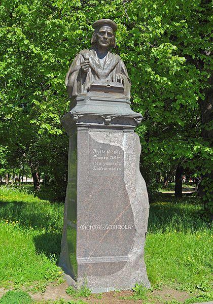 Mikael Agricolan muistomerkki (Emil Wikström, 1908), Viipuri. - Mikael Agricola (n.1510-1557) kirjoitti ja käänsi ensimm.suomenkiel.painetut kirjat.Yhdeksän kirjaa,yht.noin 2 400 sivua,vain 10 vuodessa julkaissut Agricola kustansi käännöstyöt paljolti itse.Hän oli reformaatiokauden johtohahmojen Erasmus Rotterdamilaisen ja Martti Lutherin oppilas.Agricolaa pidetään suomen kirjakielen ja suomenkiel.kirjallisuuden isänä.