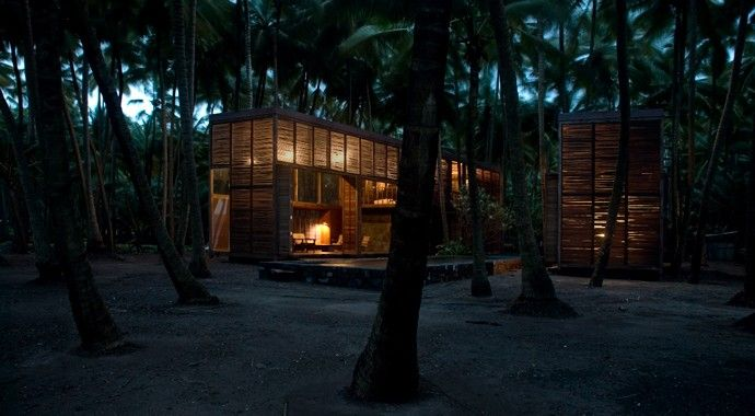 A Place of Meaning | Assemble Papers by Sara Savage. Surrounded by a coconut plantation, Palmyra House (2007) i situated away from the bustle of Mumbai. Photo: Studio Mumbai.