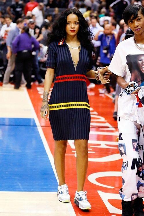Rihanna en robe Céline printemps-été 2014 pour un match de basket en avril 2014
