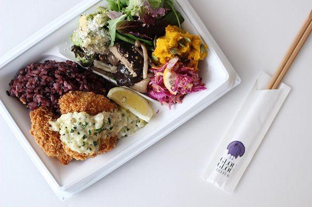 """glougloureefur:【 TODAY'S DELI BENTO 】 明日のランチにGLOUGLOU の""""DELI BENTO""""はいかがですか? . ◼︎選べるメインディッシュ+十六穀米+野菜DELI+リーフサラダ+ハーブウォーター . 出来立てのDELIをTAKE OUTしてオフィスでのランチや、ピクニック、ご自宅でのお食事にいかがですか? . ※ご来店の前に、お電話にてご注文承ることも各店可能です。 . ◉代官山本店 03-5459-2910 ◉タカシマヤゲートタワーモール店 052-566-6229 . #GLOUGLOUREEFUR#MAISONDEREEFUR#daikanyama#tokyo#nagoya#cafe#lunch#dinner#takeout#food#deli#lunchbox#vegetable#healthy#代官山#東京#名古屋#カフェ#デリ#ランチ#テイクアウト#お弁当#グルグルリーファー#REEFURWEB 2018/01/10 22:43:28"""
