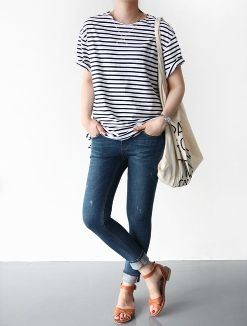 camiseta listrada + jeans + sandália caramelo. Casual e perfeito para o final de semana. Stripes, denim, canvas, leather