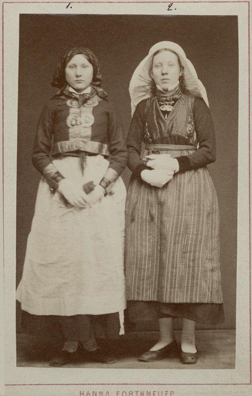 Bondflicka och bondkvinna från Harjagers härad, Skåne iklädda sockendräkt - Nordiska Museet - NMA.0042842 - Svenska folkdräkter – Wikipedia
