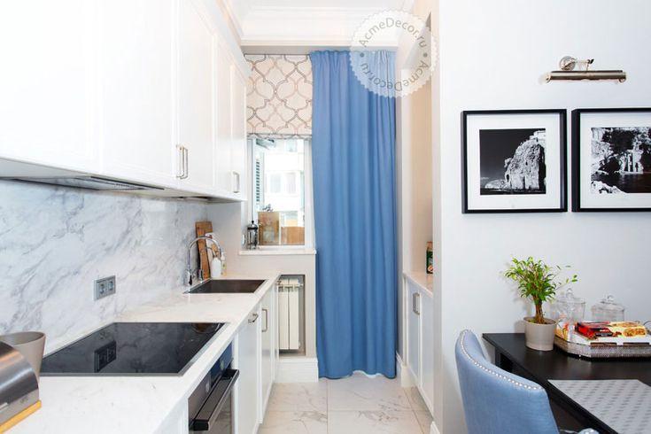 Совместное пространство кухни и гостиной решено в едином ключе. Благородный теплый серый цвет стен служит прекрасным фоном для портьер из 100% хлопка невероятно красивого голубого цвета. Теперь этот цвет главный «герой» гостиной. Компаньоном к портьерам идут римские шторы. Они нейтрального светло-серого тона с модным рисунком «марокканская решетка».  #curtains #romanblinds #pillow #шторы #портьеры #римскиешторы #рулонныешторы #подушки #шторыдлягостиной #гостиная #шторыдлядома…