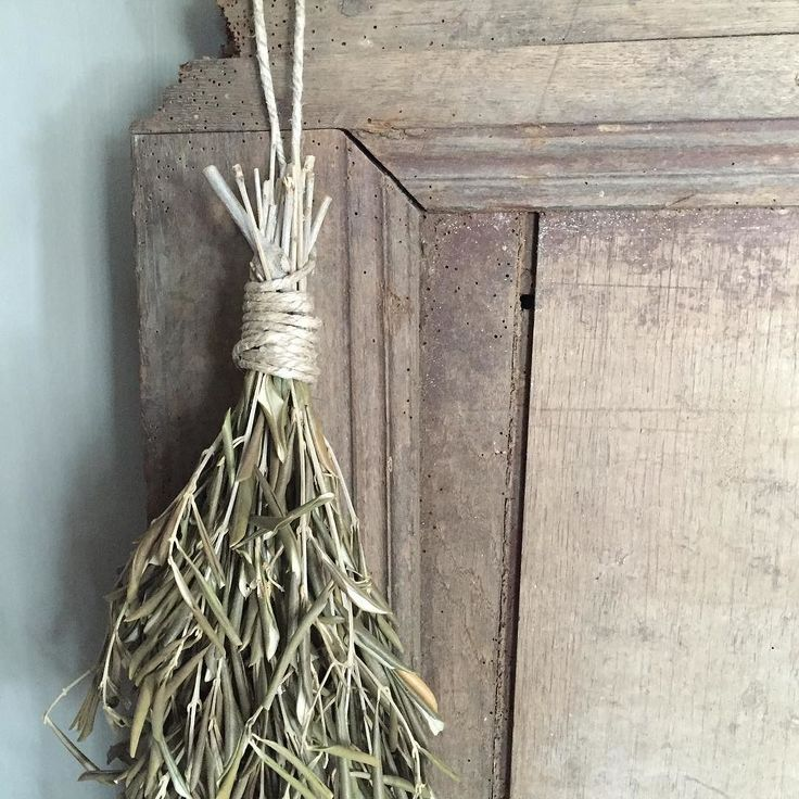Natuurlijke materialen... #oudedeur #toef #olijftakken #sober #stylingnaarjehart #rust #dewemelaertop5  #soberinterieur #stoer by lidaklever