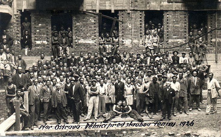 Dělníci,kteří stavěli kavárnu Fenix.