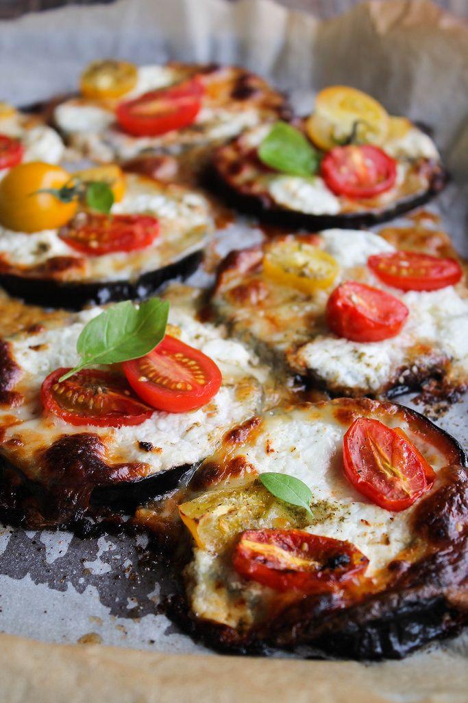 Pizza d'aubergine, tomate et mozzarella (à véganiser avec de la sauce cajou ou sauce sésame) - aime & mange