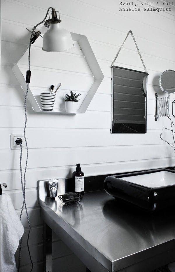 industriellt badrum, industristil, industri inredning, rostfri badrumsmöbel, restaurangkök, detaljer, svartvita, inspiration, toalett, svart tvättfat, handfat, tvål, tvålkopp, ranarp klämspot, ikea, lampa, vägglampa, vit lampa, panel, målad panel i vitt, furu, handduk, details,