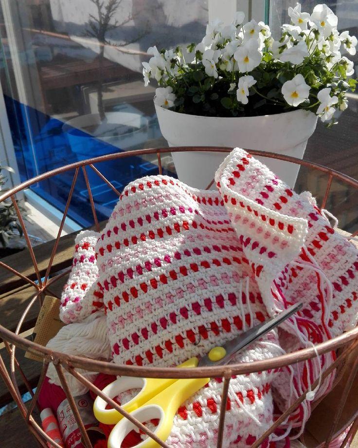 Mandje mee naar buiten gemomen en nu maar lekker in de zon haken   #haken #hakeniship #hakenisleuk #buiten #viooltjes #crochet #hakeln #häkeln #yarn #garen #hemagaren #hema #katoen #cotton #basket #wibra #virka #haekle #blanket #crochetblanket #crochetaddict #crocheted #crochetlove #bloemen #flowers #pansies by freubel