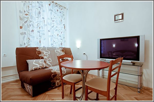 Мини-отель «На Сретенке»  Москва  Мини-отель  «На Сретенке» расположен в самом центре города у знаменитой улицы Сретенка, рядом с известным цирком Никулина, в 5 минутах пешком от метро Сухаревская, Тургеневская, Трубная, Цветной бульвар. Недалеко и Красная площадь, где вы можете побывать и сделать незабываемые фотографии. Вас ждут хорошо отремонтированные номера с новой мебелью, в каждом номере – телевизор, кондиционер, а еще комфорт и приятная атмосфера нашего отеля. На хорошо оборудованной…