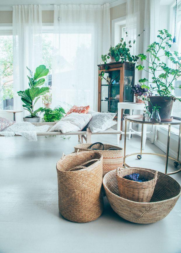 どんどんと物が増えてくると、悩むのが収納です。天然素材の「かご」を使って、収納上手になりましょう!こまごましたのもかごにまとめて入れればすっきり、インテリアもナチュラルな雰囲気がアップします。新しい年は少しお部屋の雰囲気を変えたい、お部屋をすっきりさせたい、という方にも気軽に取り入れられるかごはおすすめです。 リビング、キッチン、ベッドルーム&クローゼット、トイレ&ランドリーで使えるかご収納のアイディアをご紹介します。