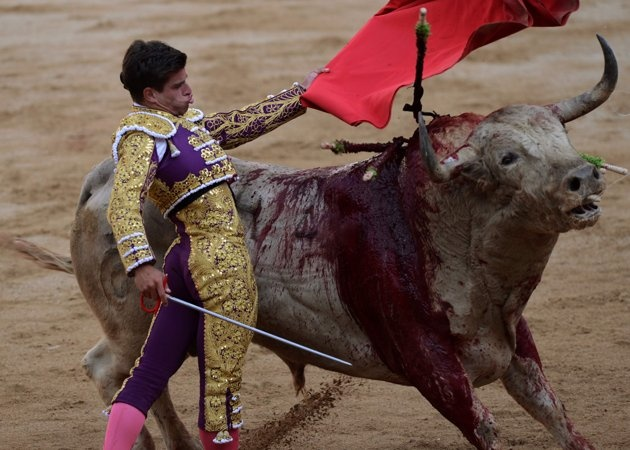 Spanish bullfighter Cesar Jimenez performs during the fifth bullfight of the San Fermin festival in Pamplona July 11, 2012. REUTERS/Vincent West