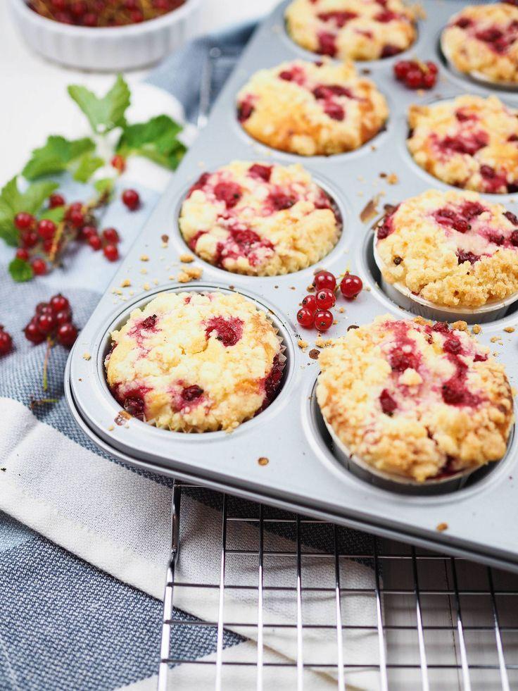 Rezept für einfache und saftige Johannisbeer-Joghurt-Muffins mit Streuseln