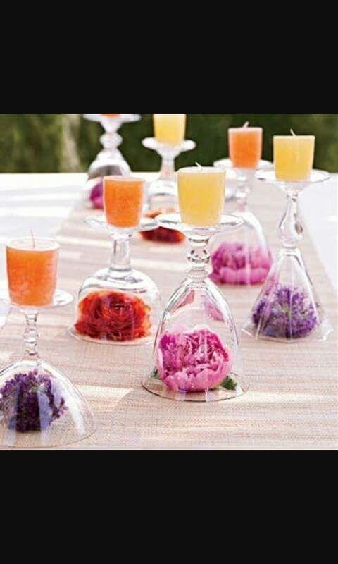 fiori e candele, in composizione particolare..