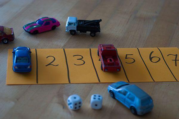 Speel Parkeren. Maak een strook met de cijfers 1 - 12. Neem 2 dobbelstenen en een heleboel auto's. De eerste auto mag je alvast op het cijfer 1 zetten. Gooi nu om de beurt met de 2 dobbelstenen en parkeer en auto op de parkeerplaats met dat cijfer. Wie heeft de parkeerstrook het eerste vol?: