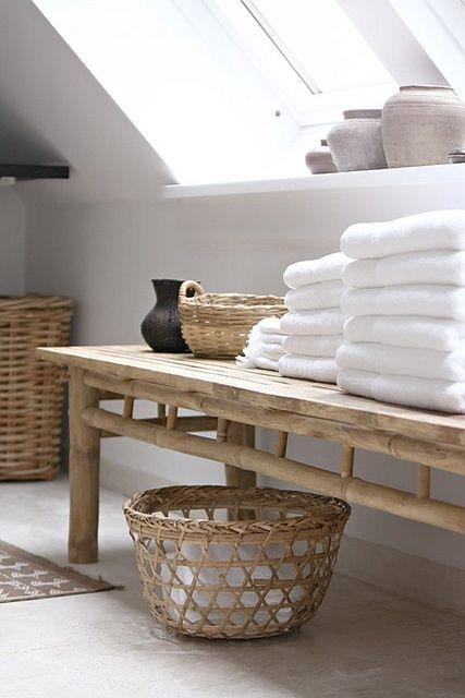Le asciugamani sono un vero e proprio complemento d'arredo: come utilizzarle per personalizzare e arricchire un bagno anonimo e senza vita.