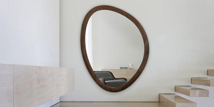 Giolo, di Porada, è uno specchio a muro dal disegno irregolare e sinuoso che si adatta a tutti gli ambienti. È realizzato con cornice in varie finitura, nell'immagine è presentato nella versione in massello di noce canaletto. Misura L 168 x H 128 cm. Prezzo 1300 euro. www.porada.it