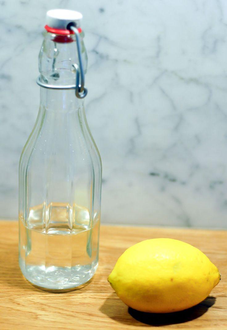Det enklaste och snabbaste sättet att söta färskpressad lemonad, iskaffe eller andra goda drinkar är att göra en sockerlag. Den går fint att spara på flaska ganska länge i kylen och är superpraktiskt att ha till hands när man vill göra goda och svalkande sommardrinkar fort som attan. Så här enkelt ä