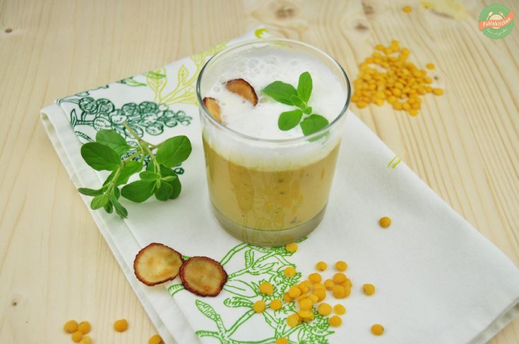 Cappuccino von der Linse mit Majoranschaum und Radieschen-Chips