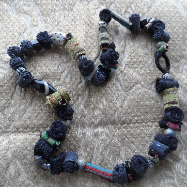 collana tessile con materiale riciclato