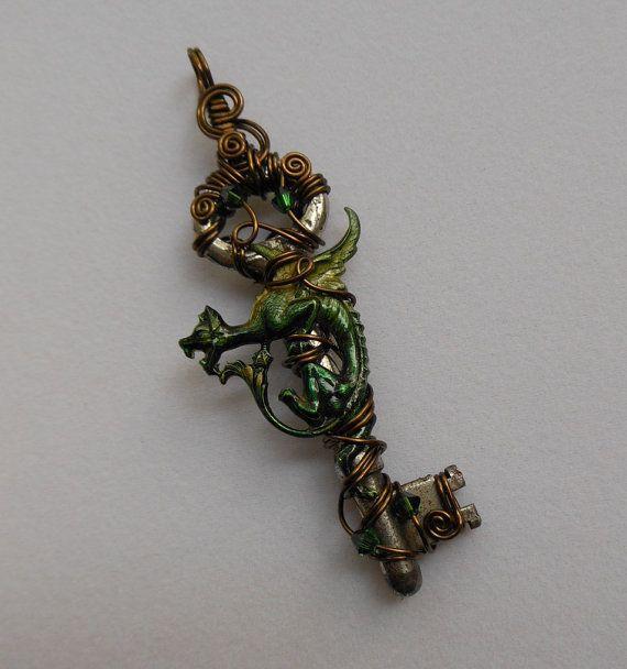 Middeleeuwse Dragon sleutel hanger--Groen en goud geïnkt beest op draad gewikkeld antieke sleutel, antieke koperen draad, Swarovski kristallen