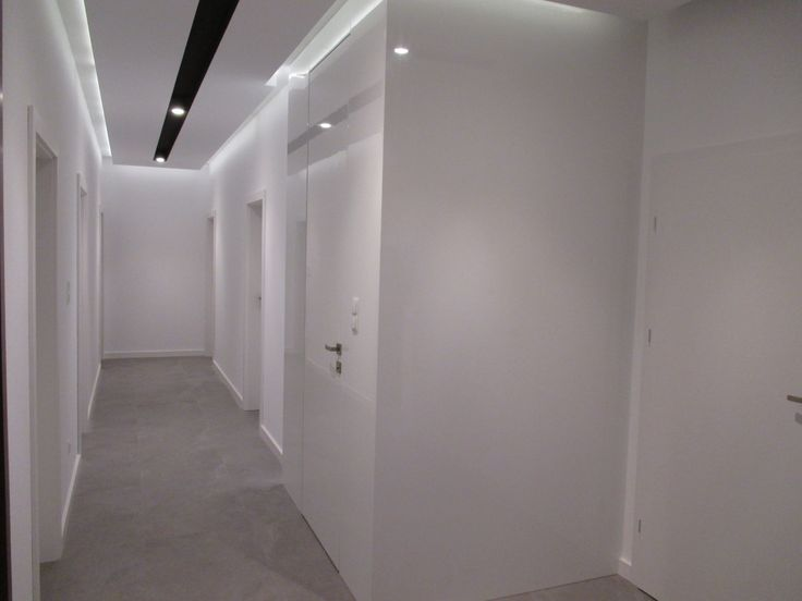 """Bo pojęcie """"białe drzwi"""" może mieć wiele znaczeń... Oto realizacja Sary, która jednocześnie jest niewidoczna i wyróżniająca się spośród innych drzwi. Przedstawione drzwi mierzą aż 2722 mm. Skrzydło w połysku zlicowane z płytą meblową (gr 25mm) w tym samym lakierze co ściana- dzięki temu otrzymuje się znakomity efekt jednolitej powierzchni ściany"""