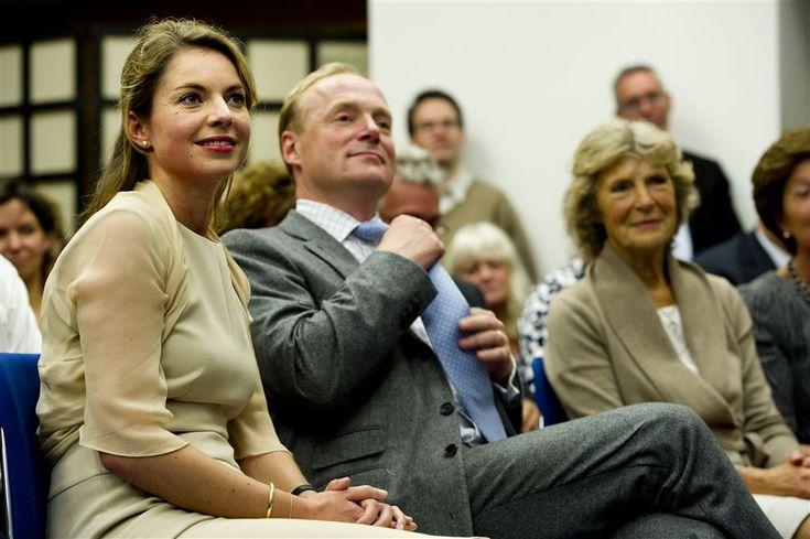 DEN HAAG - Prinses Annemarie is in verwachting. De vrouw van prins Carlos de Bourbon de Parme verwacht hun derde kindje in mei, laat een medewerker van de Rijksvoorlichtingsdienst woensdag weten. (Lees verder…)