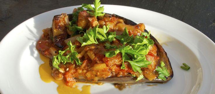 Imam bayildi er en klassiker i det tyrkiske og græske køkken. En ret der svømmer i olivenolie, og kan suges ind mellem tænderne. Virkelig velsmagende.