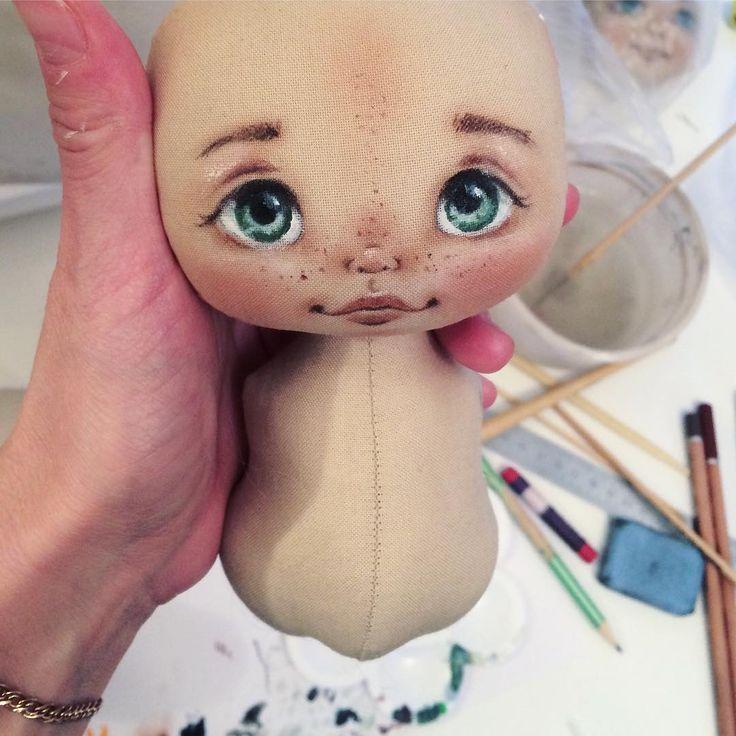 Вот такой ребёнок сегодня рисовался рисовался целых 3 часа, я наверное очень медленная а плане росписи. Хоть у меня все куклы и почти с одинаковыми личиками, каждую новую хочется сделать ещё лучше.. Всю душу блин вкладываю в эти глаза