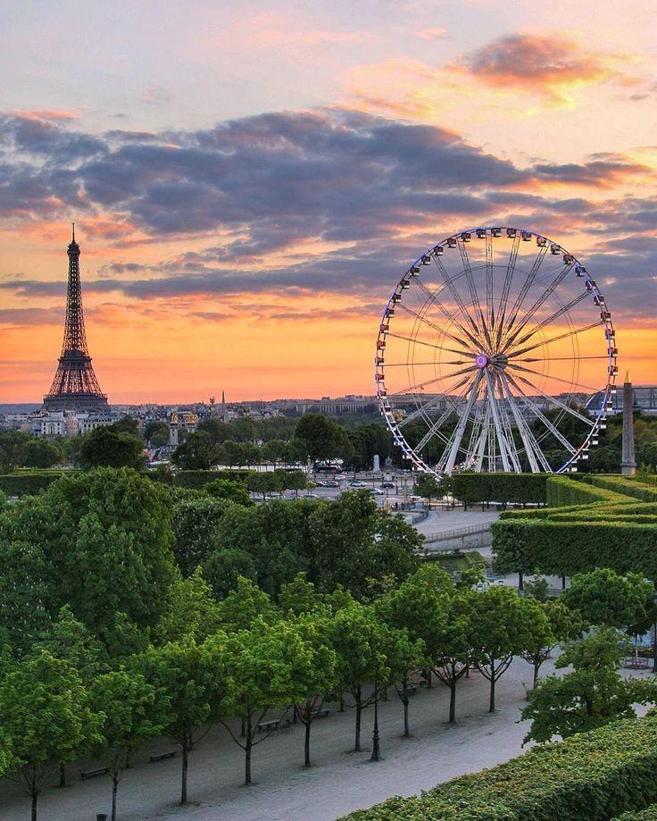 Deux symboles de Paris réunis: la tour Eiffel (v. 1900) et la Grande Roue (v. 2000)