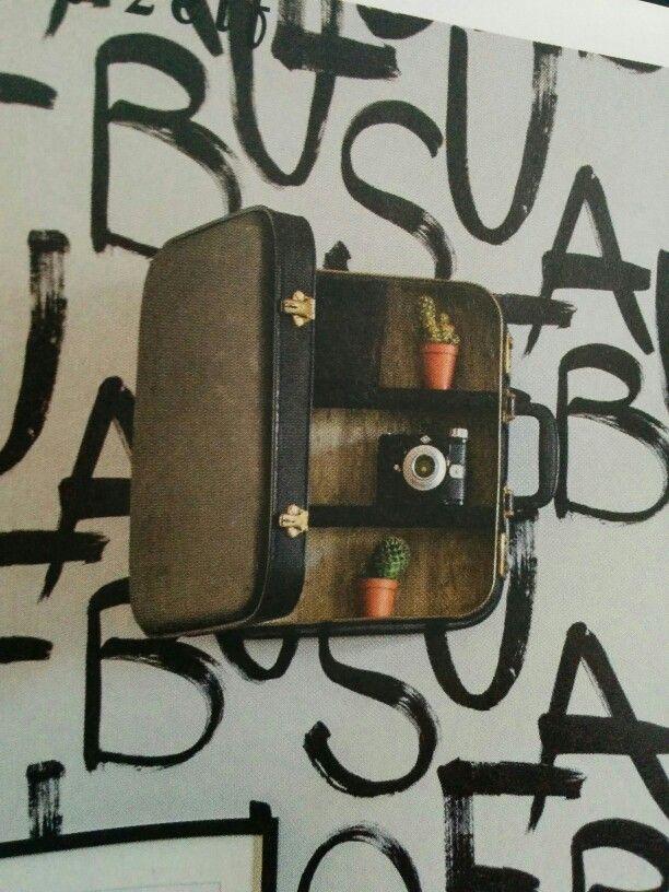 Koffer met planken aan de muur