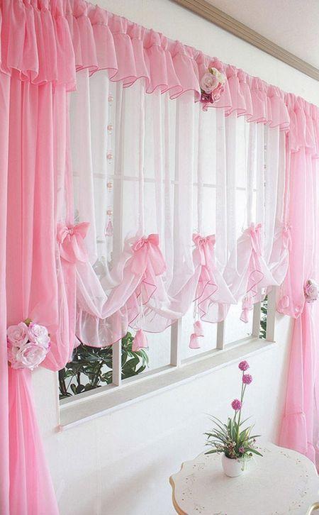 Короткие нежно-розовые тюлевые занавески в спальне