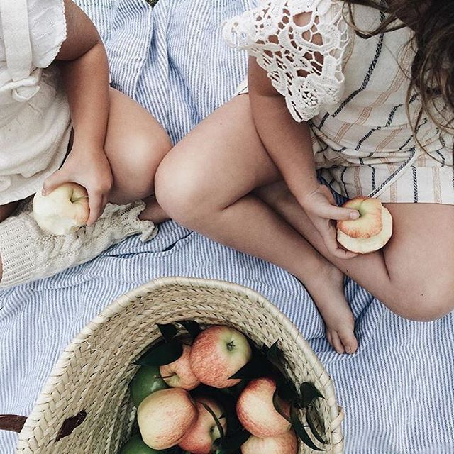 kids with apples