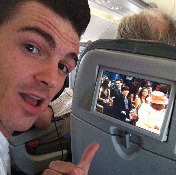 Drake Bell watching Drake & Josh on the plane
