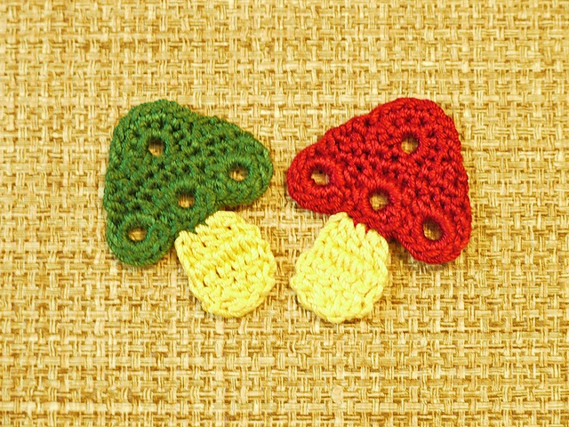 Mushrooms - cute for kitchen items, free pattern . . . . ღTrish W ~ http://www.pinterest.com/trishw/ . . . . #crochet #applique