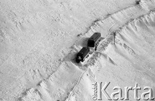 Styczeń 1980, brak miejsca, Polska Zima stulecia, dwa autobusy w zaspie śnieżnej. Fot. Jarosław Tarań/KARTA