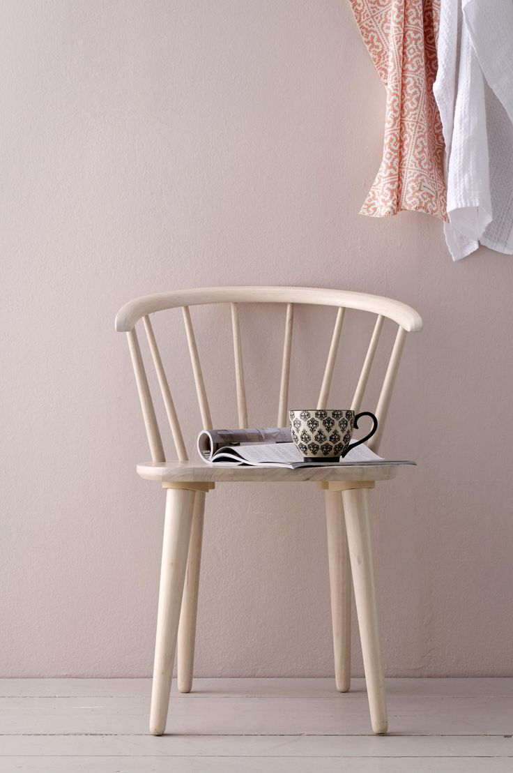 Karmstol av massivt gummiträ. Höjd 76 cm. Bredd 54 cm. Djup 51 cm. Sitthöjd 45 cm. Sittdjup 40 cm. Lev. monterad (endast benen behöver skruvas på vid leverans, inga verktyg krävs).