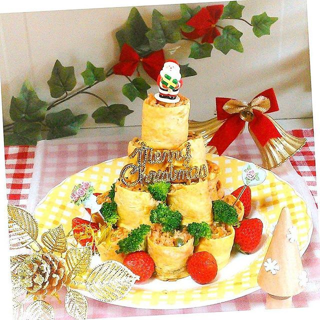 夕食準備! だぁぁぁい好きな オムライス~♪ 前回はケーキ風 今日はやっぱりコレよね! クリスマスツリー風  ほんとは1個盛りで 作りたかったんだけど たまご包み難しいから 巻き巻きオムライス積み  今にも倒れそうなツリー 画像傾けて 辛うじて真っ直ぐに 見えてる(^◇^;)かな  #夕食#夕飯#晩ごはん #おうちごはん#暮らし #おいしい#おうちカフェ #オムライス#季節感 #クリスマスツリー#12月 #オムサマ#冬#コーメサン #dinner#Instafood#food #Instachef#cooking #delicious#yummy #KURASHIRU#kaumo #Instaphoto#Instapicture #Christmas#Christmastree