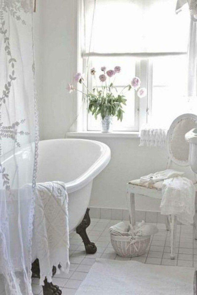 salle de bains blanche et élégante de style Shabby chic