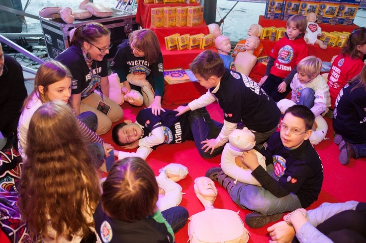 Już od małego warto się uczyć, udzielać pierwszej pomocy.  To właśnie pokazują nam dzieciaki!