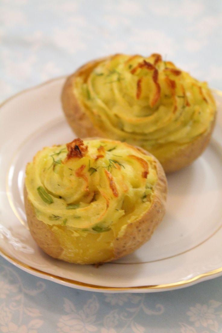 Twice baked potatoes (um nome bem mais atraente pra essa receita) é uma delícia. Bem fácil de fazer também. Demora um pouco pra ficar pronta por causa do tempo de forno, mas em compensação dá pouquíssimo trabalho.  Acho que essa receita é um ótimo acompanhamento para um churrasco ou almoço especial que você queira...Ver Receita »